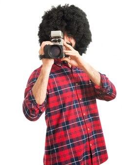 Afro mężczyzna kręci
