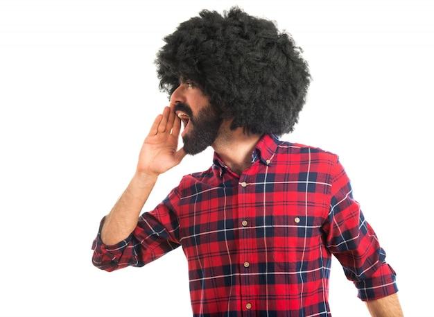 Afro mężczyzna krzyczy na białym tle