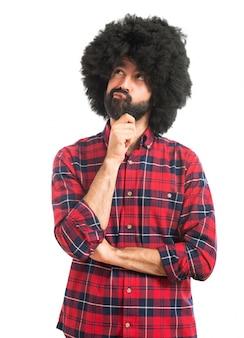 Afro mężczyzna myślenia nad białym tłem
