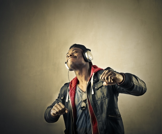 Afro mężczyzna tańczy
