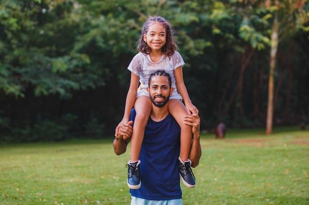 Afro ojciec i córka w parku