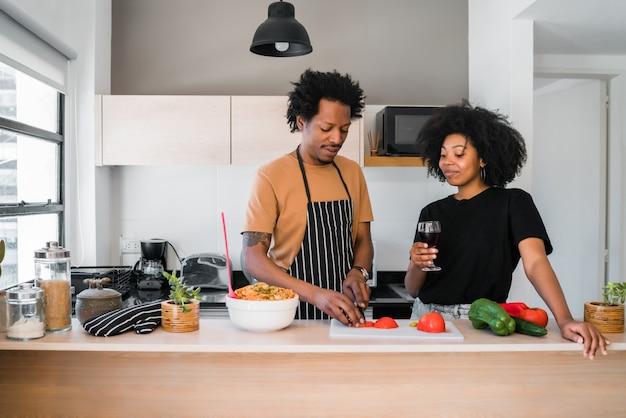 Afro para gotuje wpólnie w kuchni.