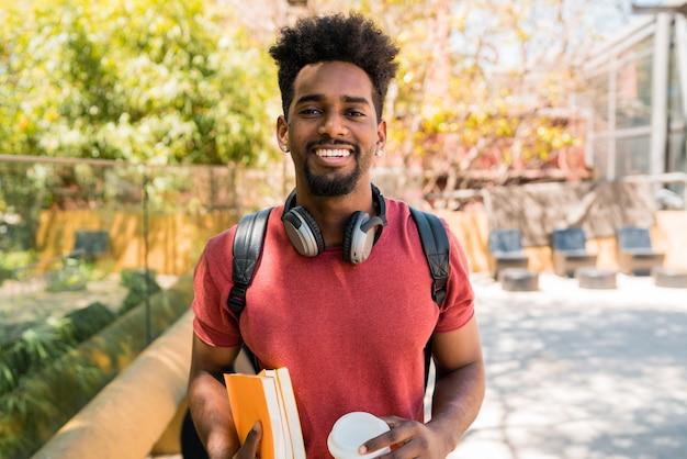 Afro student uniwersytetu w kampusie.