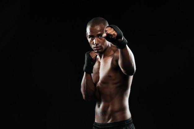 Afroamerican bokser z silnymi rękami i zaciśniętymi pięściami