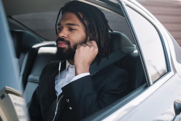 Afroamerican człowiek słucha muzyki