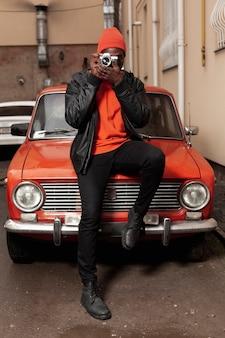 Afroamerican mężczyzna bierze fotografia folującego strzał