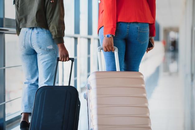 Afroamerykanie podróżują samolotem koncepcja transportu lotniczego i rekreacji za granicą