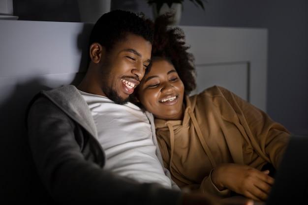 Afroamerykanie razem oglądają netflix