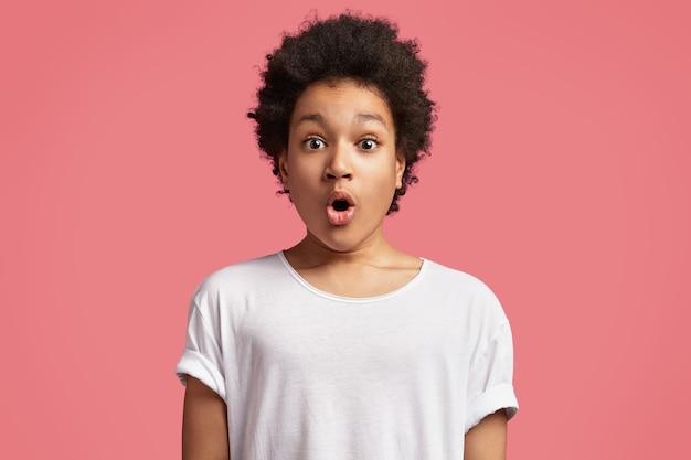 Afroamerykanin chłopak z kręconymi włosami