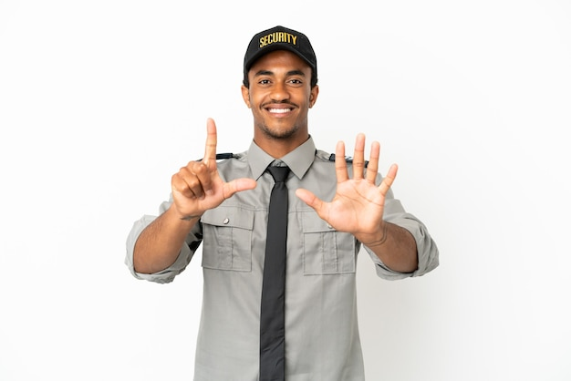 Afroamerykanin chroni na białym tle, licząc siedem palcami
