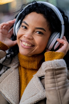 Afroamerykanin kobieta, słuchanie muzyki w słuchawkach
