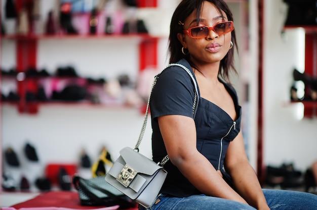 Afroamerykanin kobieta w sklepie obuwniczym