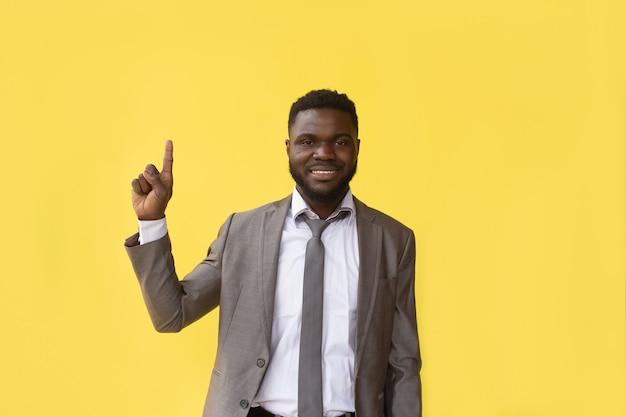Afroamerykanin liczy do 5, gest ręki, baner
