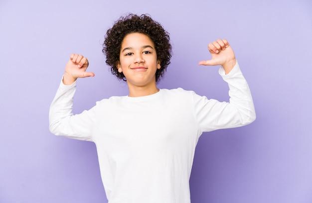 Afroamerykanin, mały chłopiec, odizolowany, czuje się dumny i pewny siebie, dając przykład do naśladowania.