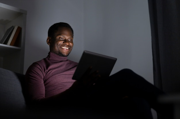 Afroamerykanin oglądający netflix sam w domu