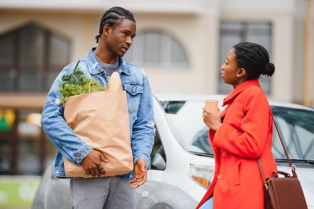 Afroamerykanin para po supermarkecie