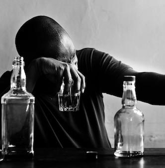 Afroamerykanin pijący alkohol