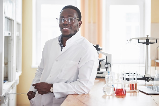 Afroamerykanin pracuje w laboratorium przeprowadzającym eksperymenty.