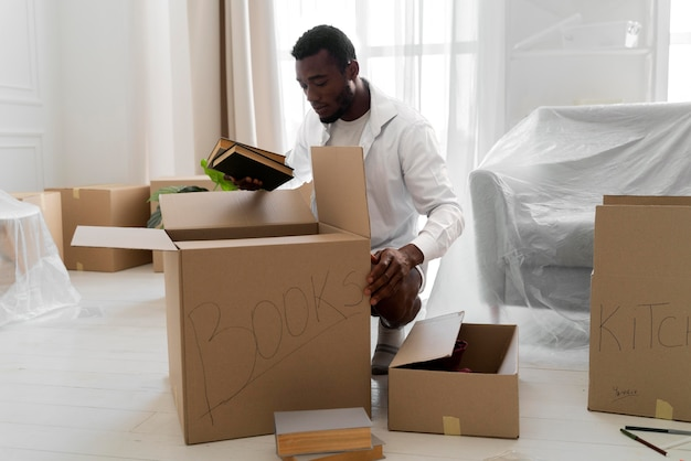 Afroamerykanin przygotowuje swój nowy dom do wprowadzenia się