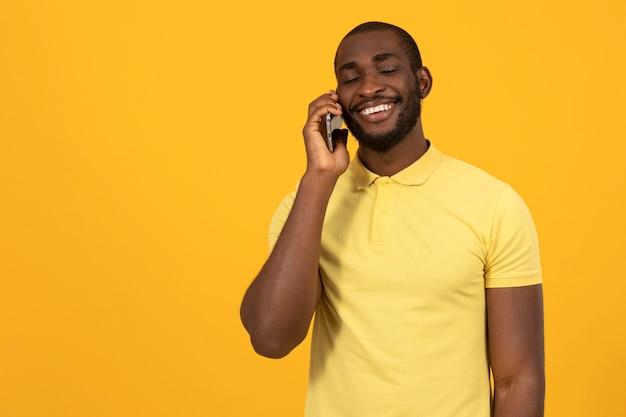 Afroamerykanin rozmawia przez smartfon