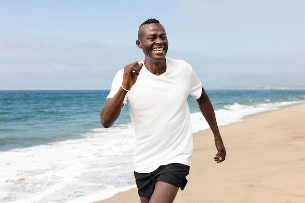 Afroamerykanin starszy jogging na plaży