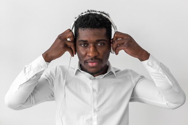 Afroamerykanin stawiając słuchawki na głowie