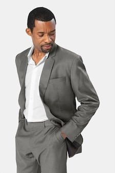 Afroamerykanin ubrany w szary garnitur