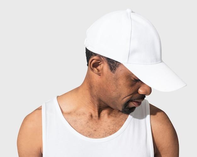 Afroamerykanin w białej czapce, zbliżenie,