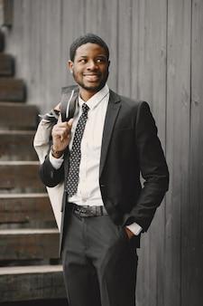 Afroamerykanin w eleganckim czarnym garniturze.
