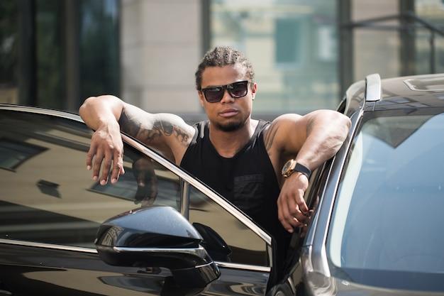 Afroamerykanin w pobliżu samochodu