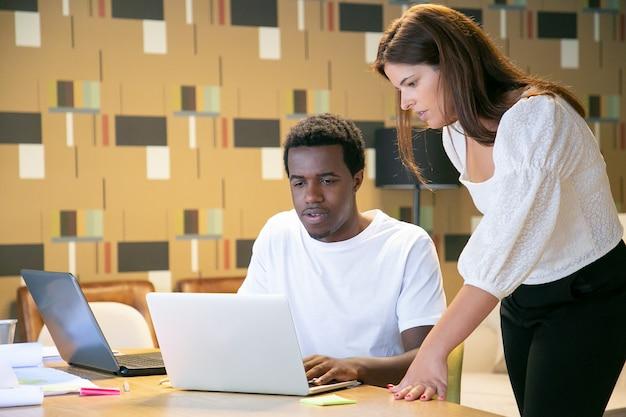 Afroamerykanin, współpracownik konsultujący się z projektantem w sprawie projektu