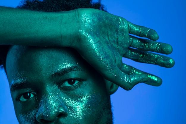 Afroamerykanin z malowaniem twarzy