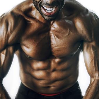Afroamerykanin z muskularnym ciałem