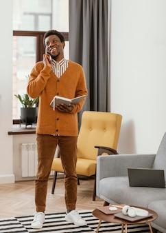 Afroamerykanin zdalnej pracy ze swojego domu