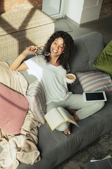 Afroamerykanka freelancerka podczas pracy w biurze domowym podczas kwarantanny