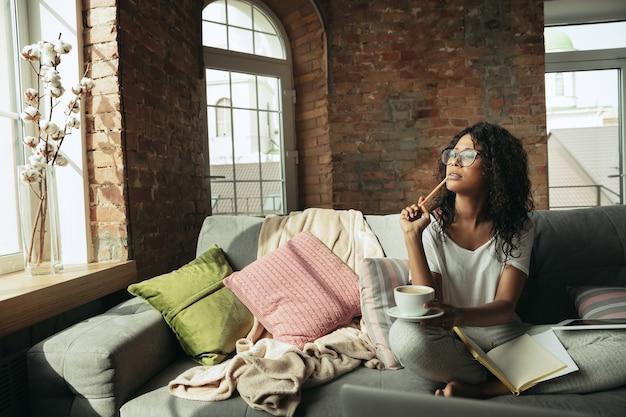 Afroamerykanka freelancerka podczas pracy w domowym biurze podczas kwarantanny