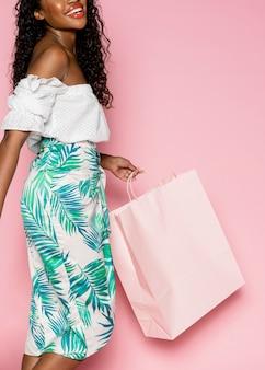 Afroamerykanka podczas letnich zakupów