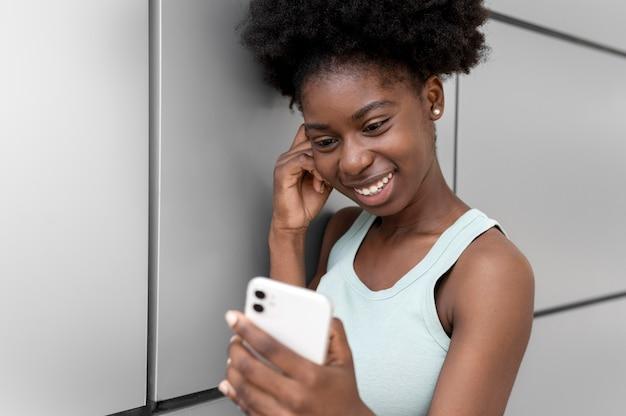 Afroamerykanka robi selfie swoim smartfonem