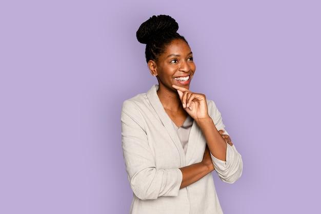 Afroamerykanka uśmiechnięta z ręką na brodzie