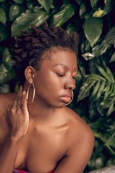 Afroamerykanka z zamkniętymi oczami, nagie ramiona