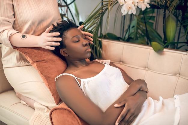 Afroamerykanka z zamkniętymi oczami w spa