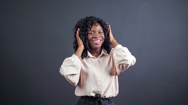 Afroamerykanka ze słuchawkami tańczy na czarno