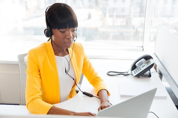 Afroamerykańska kobieta pracująca w biurze