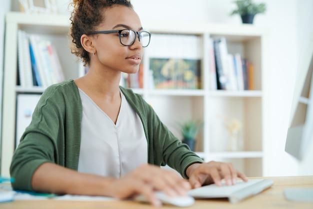 Afroamerykańska kobieta w miejscu pracy