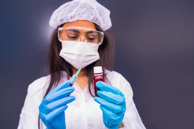 Afroamerykańska lekarka ze szczepionką na koronawirusa w dłoniach