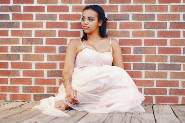 Afroamerykańska młoda panna młoda pozuje samotnie