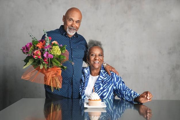 Afroamerykańska para świętująca rocznicę razem z kwiatami