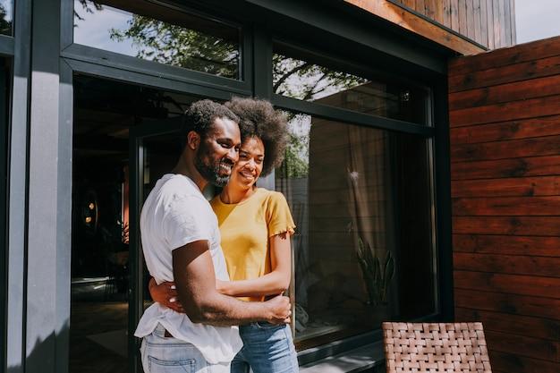 Afroamerykańska para w domu w ogrodzie piękna czarna para spędzająca razem czas
