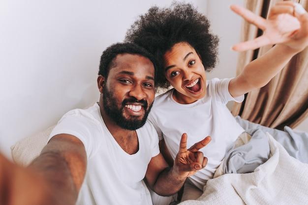 Afroamerykańska Para W łóżku Prawdziwa Piękna I Wesoła Para Kochanków W Domu Premium Zdjęcia