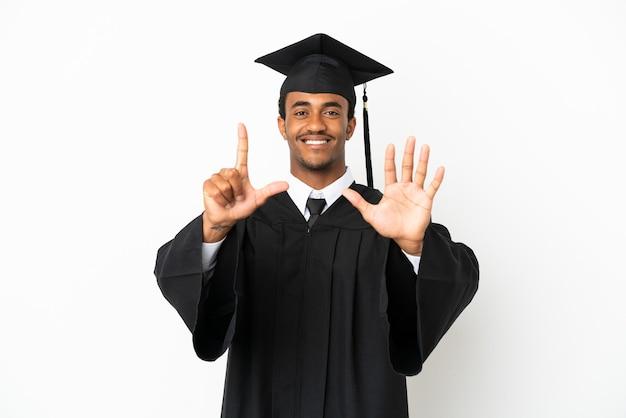 Afroamerykański absolwent uniwersytetu mężczyzna na białym tle, licząc siedem palcami